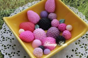 На форме 6 штук ягод по 2 шт: (малина без дырочки, клубника, черника). Вес готового изделия (мыла, свечи) ~10-15 грамм.  Материал: мягкий, эластичный силикон